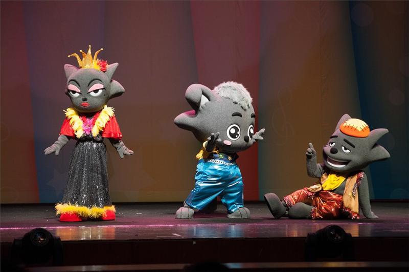 首演现场,一众人偶明星喜羊羊、灰太狼、美羊羊、懒羊羊等穿上华丽的服装,在现场观众的欢呼声中出现,瞬间引爆气氛。羊村的著名歌手扁嘴伦更以美妙的歌声献给在场的每一位观众,精彩表现嬴得孩子们的阵阵掌声。作为中国首部原创动漫儿童音乐剧,《奇幻音乐之旅》讲述了羊村开音乐节的故事,灰太狼悄悄地混进音乐会,可是却意外地发现自己的三脚猫发明又出故障了,他们把音符弄丢了,不但扁嘴伦唱不了歌,连音乐节都不能办了!于是,为了找回音符,呈现最好的声音,羊羊们和灰太狼携手开始了寻找音符的奇幻之旅——羊狼足迹